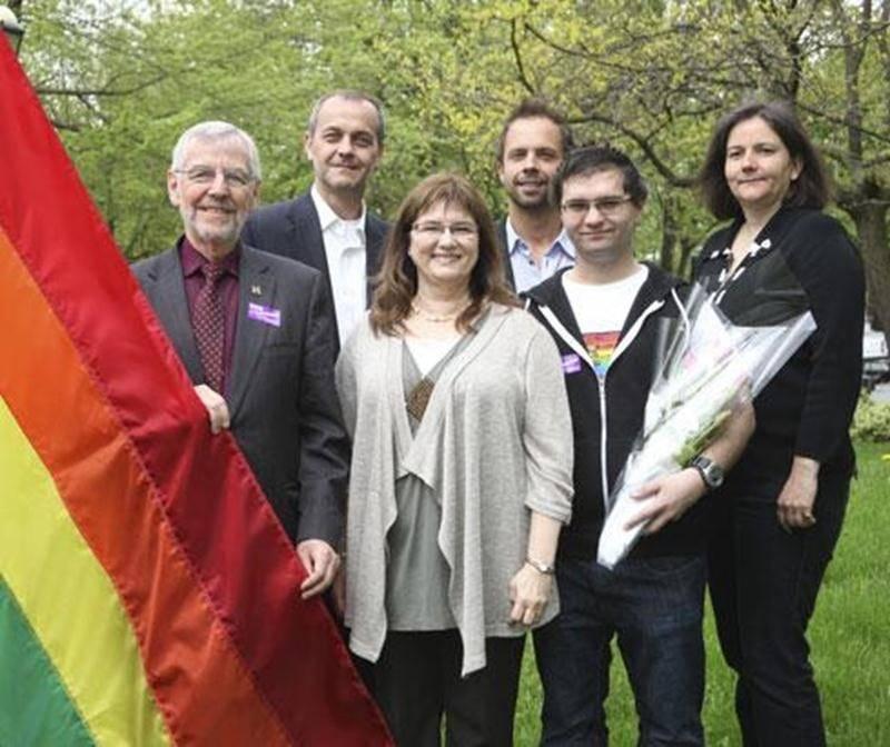 À l'occasion de la Journée internationale contre l'homophobie qui a lieu aujourd'hui, la Ville de Saint-Hyacinthe a hissé, mardi, le drapeau arc-en-ciel, symbole de la communauté LGBT (Lesbiennes, guais, bisexuels et transgenres), pour démontrer son soutien à la lutte contre l'homophobie. Hissé en même temps que la Journée internationale des familles, le drapeau arc-en-ciel restera devant l'Hôtel de Ville pendant une semaine. Parmi les personnes présentes, on retrouvait Claude Bernier, maire de