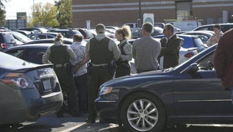 Un homme de 67 ans et une femme de 72 ans ont été arrêtés, le vendredi 7 octobre, après une violente querelle dans le stationnement des Galeries St-Hyacinthe. Les deux occupants d'une même voiture venaient de stationner leur véhicule dans un espace réservé aux taxis lorsqu'ils ont été interpellés par un chauffeur de Taxi Windsor. Une chicane a éclaté et c'est alors que les deux prévenus auraient frappé le chauffeur de taxi à l'aide d'un objet contondant. La victime a été transportée au centre ho