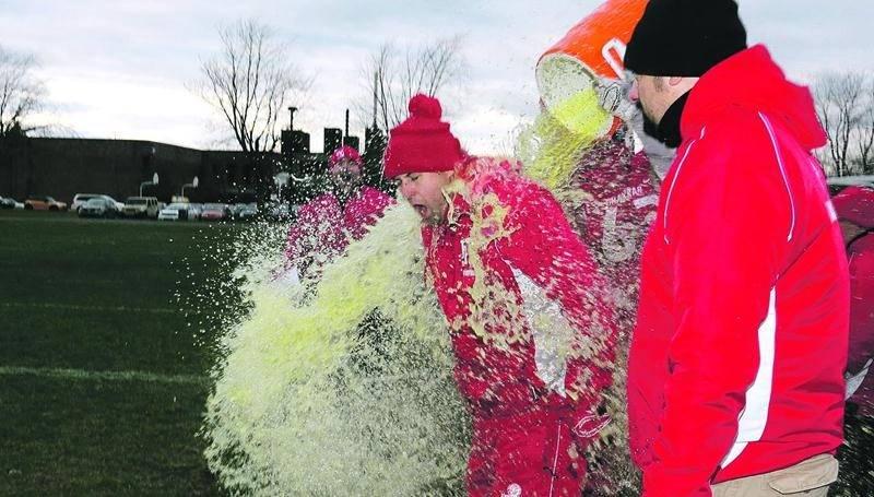 Malgré un froid glacial, l'entraîneur-chef Yan Genest n'a pas été épargné de la traditionnelle douche de Gatorade. Photo Robert Gosselin | Le Courrier ©