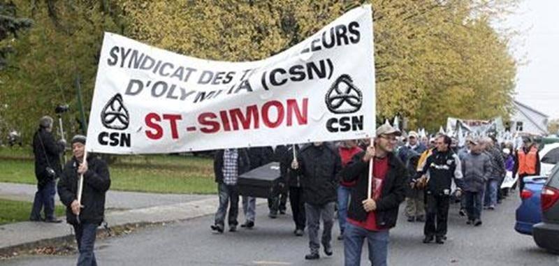 Le syndicat des travailleurs d'Olympia (CSN) qui représente les anciens employés de l'usine Olymel de Saint-Simon avait organisé une marche funèbre.