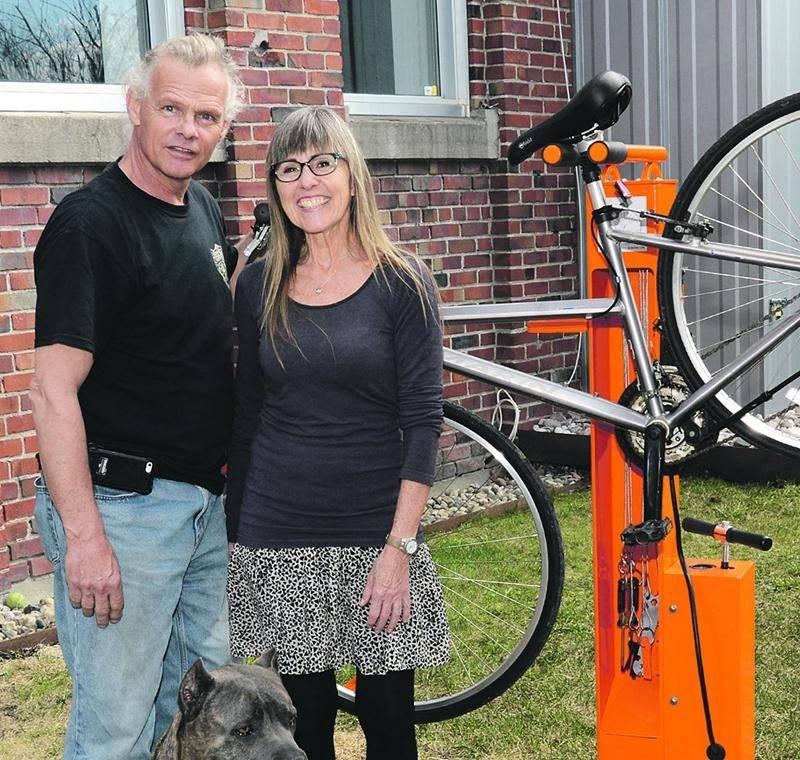 Jean Hébert et Diane Graveline ont réalisé le prototype d'une borne de réparation pour vélo qu'ils espèrent commercialiser au Québec. Photo François Larivière | Le Courrier ©