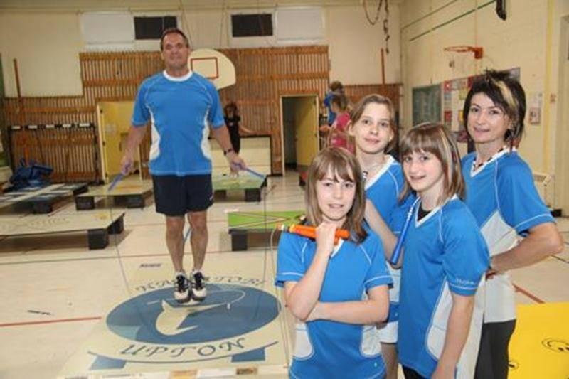 Claude Paquette entouré de quelques-unes de ses élèves du Club Sportif de Nawatobi d'Upton.