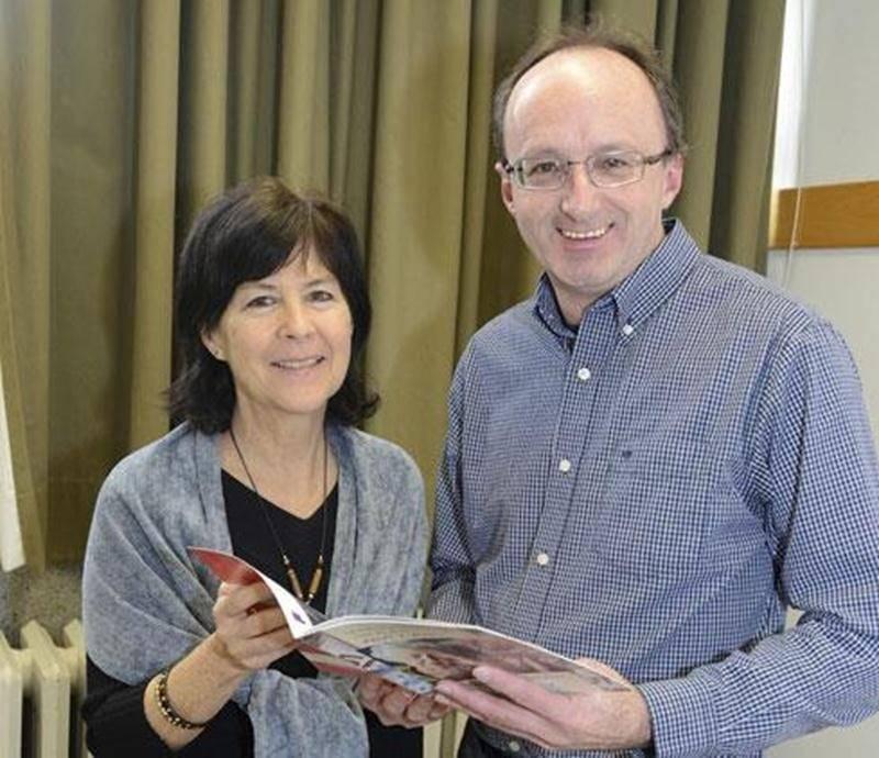 Hélène Plourde et Roger Lafrance, de l'ACEF Montérégie-Est, ont présenté la brochure visant à contrer la maltraitance financière chez les aînés.