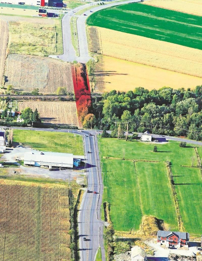 Photo aérienne illustrant la zone visée par le projet du tunnel ferroviaire où passera le dernier tronçon du boulevard Casavant Ouest (en rouge).  Source : Ville de Saint-Hyacinthe