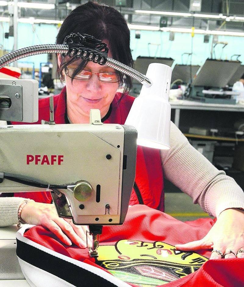 L'une des 70 couturières de l'usine appose le logo des Blackhawks de Chicago. Photo François Larivière | Le Courrier ©