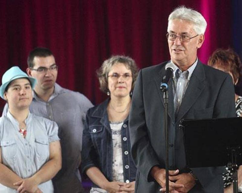 Pour son annonce de mardi, Gaston Vachon était accompagné de ses enfants, Camille et Simon, et de sa conjointe, Dr Nathalie Dagenais, et de Francine Beaudoin, que l'ont aperçoit derrière lui et qui l'a présenté à l'assistance.