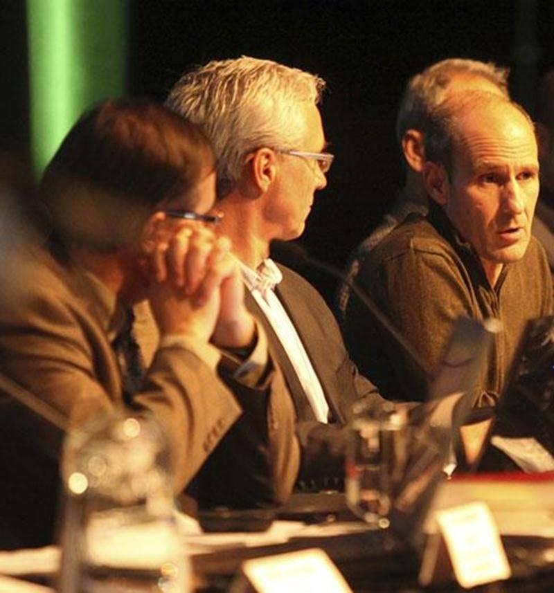 Le président de Syscomax, Sylvain Robitaille, s'adressant à l'assistance au cours de la séance d'information du 18 décembre au Centre des arts Juliette-Lassonde. On reconnaît, à sa droite, le directeur des Finances de la Ville de Saint-Hyacinthe, Michel Tardif, et le directeur général, Louis Bilodeau.