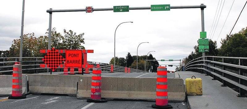 Le pont Bouchard est maintenant complètement fermé à la circulation automobile, et il s'écoulera 14 mois avant l'ouverture du pont tout neuf qui le remplacera. Photo Robert Gosselin | Le Courrier ©