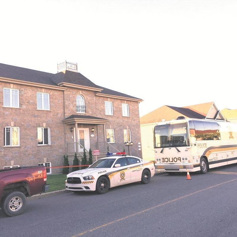 Le drame a donné lieu à un vaste déploiement policier mardi matin sur la rue des Seigneurs Ouest. L'enquête a été prise en charge par les crimes majeurs de la SQ.
