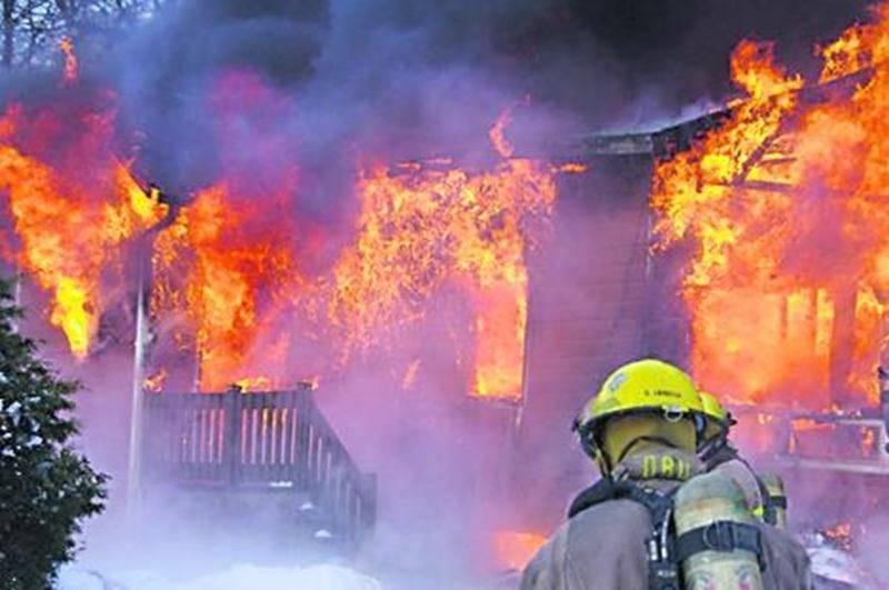 Malgré l'intensité des flammes et la proximité des résidences dans le secteur, aucune autre demeure n'a été touchée. Photo Dominique St-Pierre | zone911