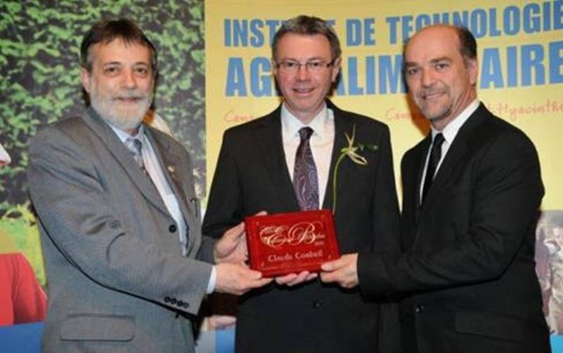 Sur la photo, de gauche à droite : Rosaire Ouellet, directeur général de l'ITA; Claude Corbeil et Michel Beaulac, directeur du campus de Saint-Hyacinthe.