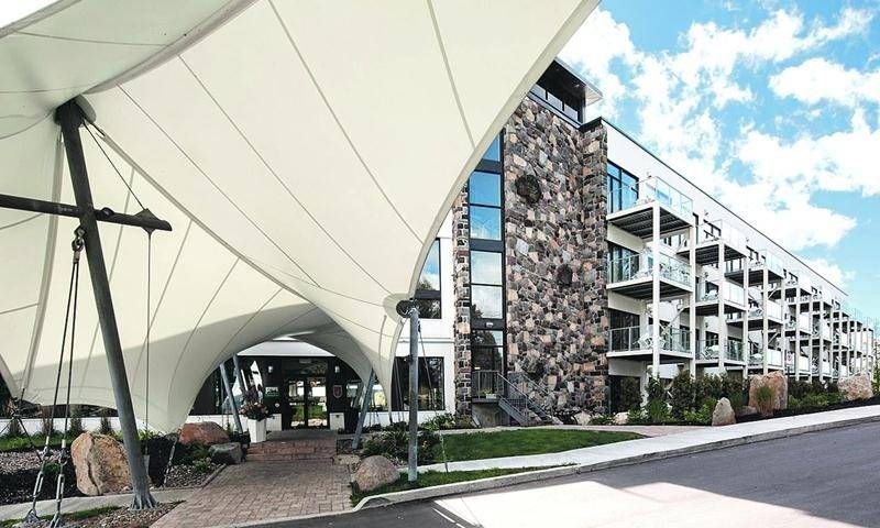 Parmi les mandats récents de la firme Neuf Architect(e)s, on retrouve l'agrandissement et la rénovation de l'Estérel Suite & Spa dans Les Laurentides, au début des années 2010.