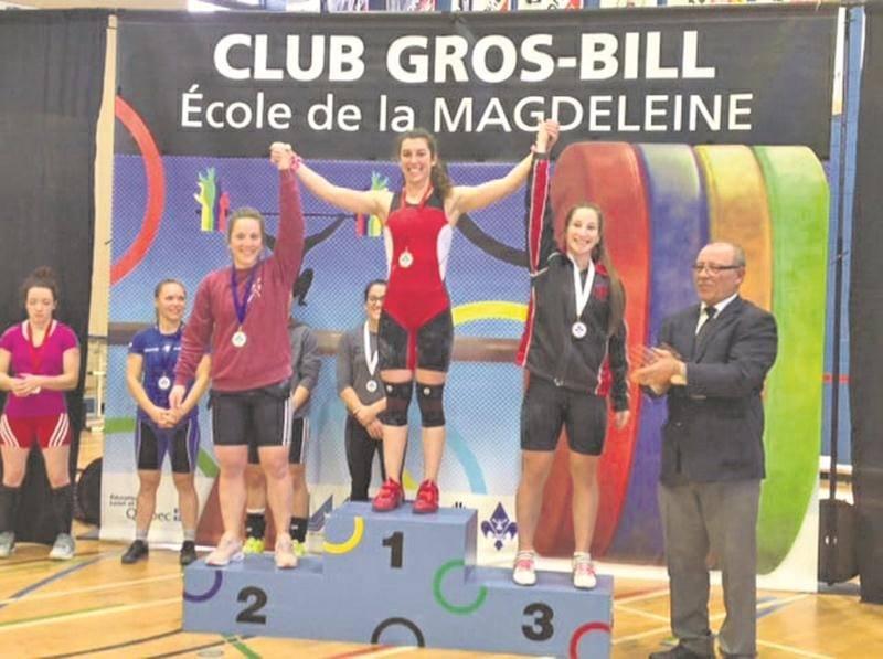 La Machine Rouge a tout raflé chez les 58 kg, mené par Tali Darsigny qui a amélioré ses trois records canadiens juniors. Elle a été suivie de Rachel Leblanc-Bazinet (à gauche) et de Caroline Lamarche-McClure (à droite) sur le podium. Photo Facebook