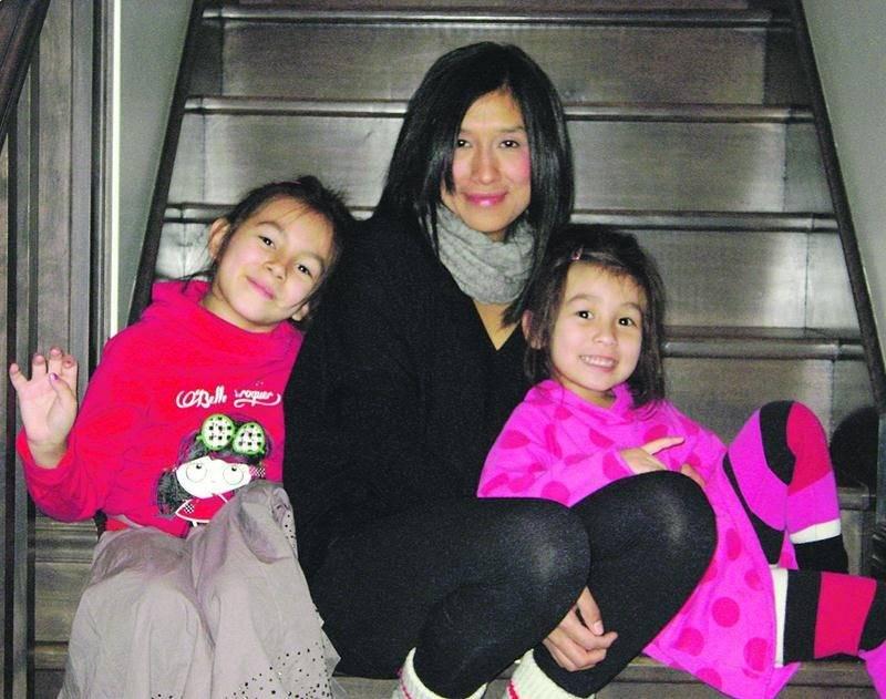 Les fillettes du couple, Rafaëla, 7 ans, et Maélie, 6 ans, qui posent en compagnie d'Evelyne Chagnon, ont été blessées dans l'accident, mais devaient revenir au Québec mardi avec leur grand-père. Photo courtoisie Alexandre Marin