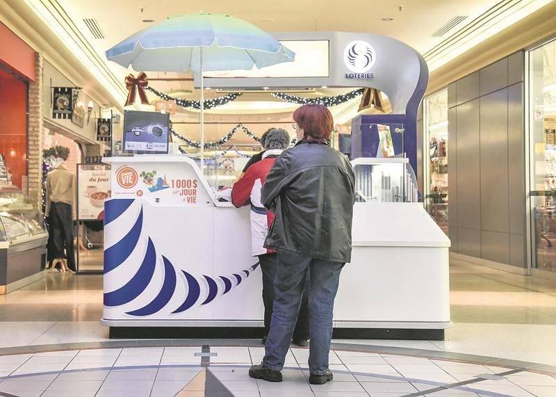 Au Québec, plus d'une centaine de kiosques comme celui installé aux Galeries St-Hyacinthe sont gérés par des organismes sans but lucratif. Photo François Larivière | Le Courrier ©