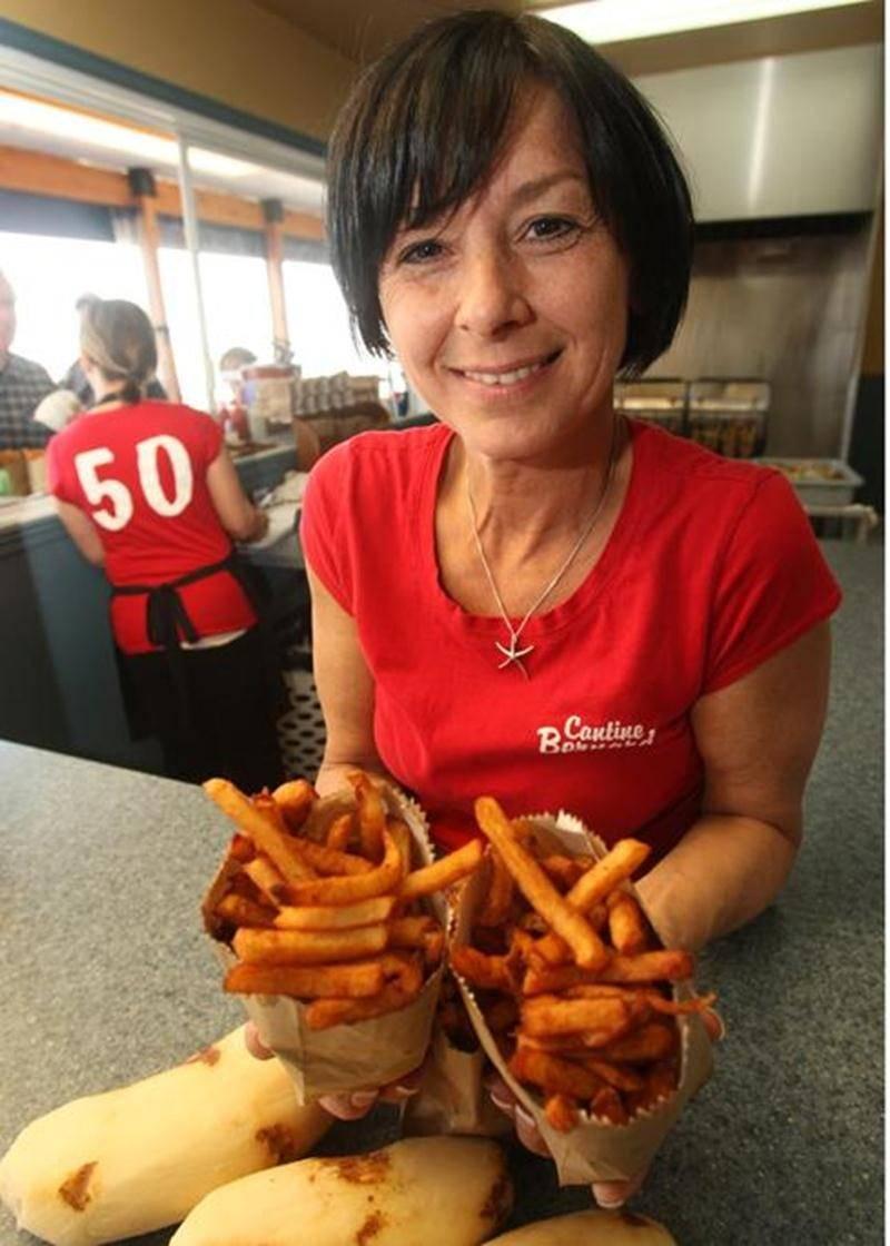La Cantine Bernard, située à Sainte-Madeleine, fête ses 50 ans d'existence. Une des trois propriétaires, Sylvie Lacombe, exhibe fièrement les frites qui ont fait la renommée de la place.
