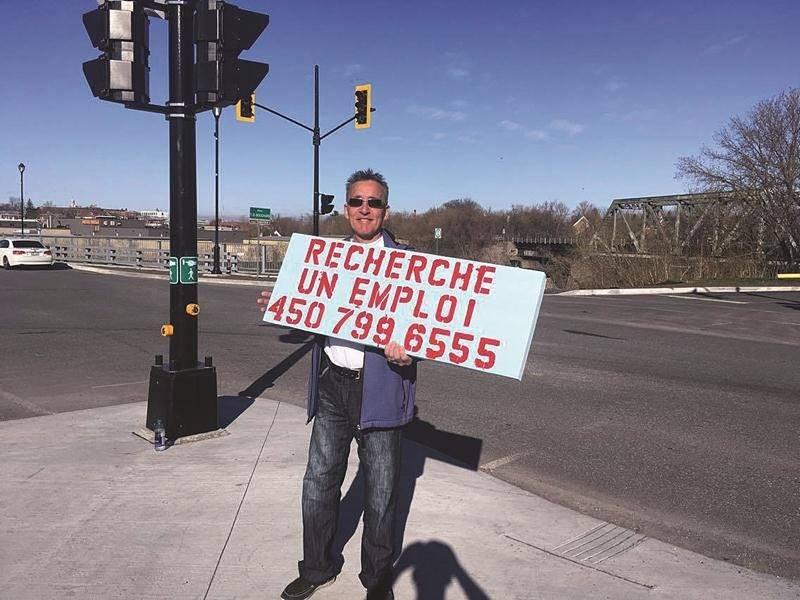 Daniel-Étienne Désautels s'est installé à 7 h 30 à l'entrée du pont T.D.-Bouchard avec sa pancarte. À 10 h, il était en entrevue d'embauche.  Photo Martin Bourassa | Le Courrier ©