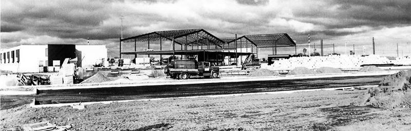 Les travaux de construction du futur complexe sportif composé de huit terrains de tennis intérieur ont été réalisés en 1983. Ceux-ci seront utilisés occasionnellement pour la tenue de congrès. Centre d'histoire de Saint-Hyacinthe