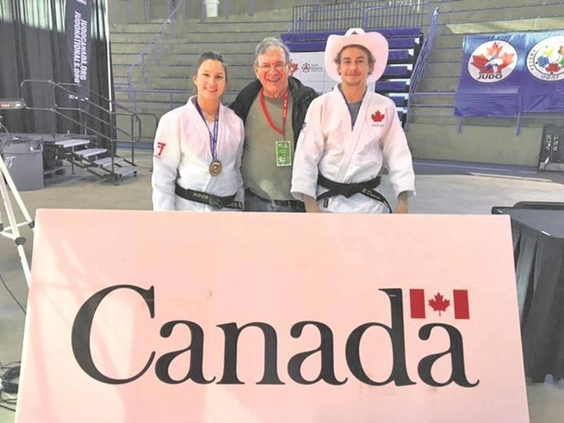 Sur la photo, les deux médaillés du Club de judo de Saint-Hyacinthe, Audrey Poirier (bronze, U21 - 70 kg) et Benjamin Daviau (or, U21 - 60 kg) en compagnie de l'entraîneur Louis Graveline.  Photo Courtoisie