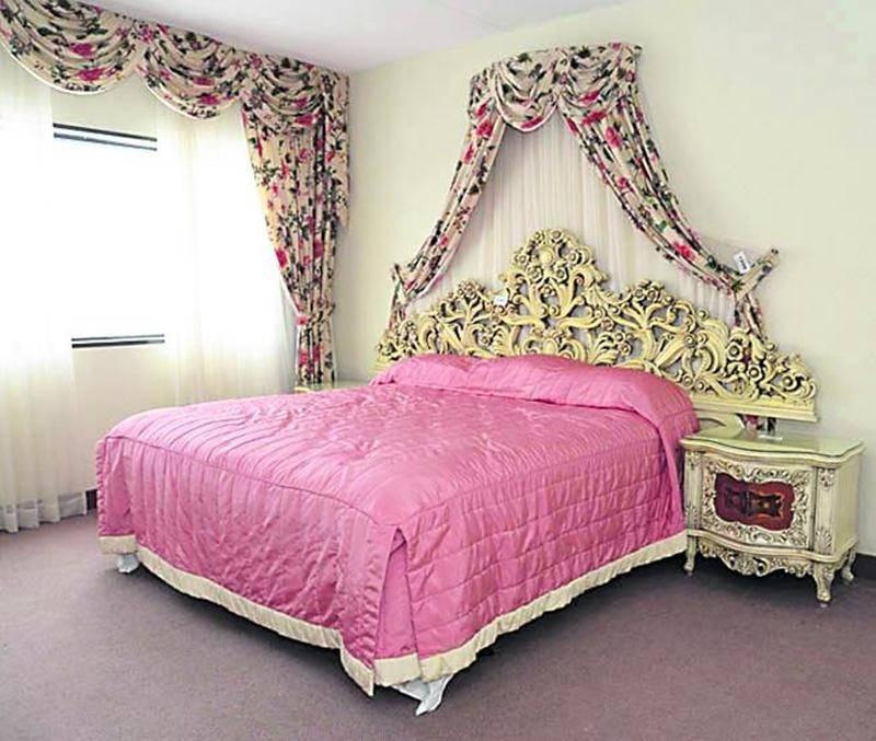 L'ensemble du mobilier composant les 150 chambres était à vendre. Cette suite de style rococo aura-t-elle une autre vie?