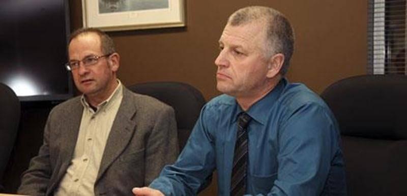 Au premier plan, Claude Viel, président de la Fédération des producteurs de bovins du Québec accompagné d'Yvon Boucher, représentant des producteurs de bovins au conseil d'administration de la Fédération de la Montérégie de l'UPA.