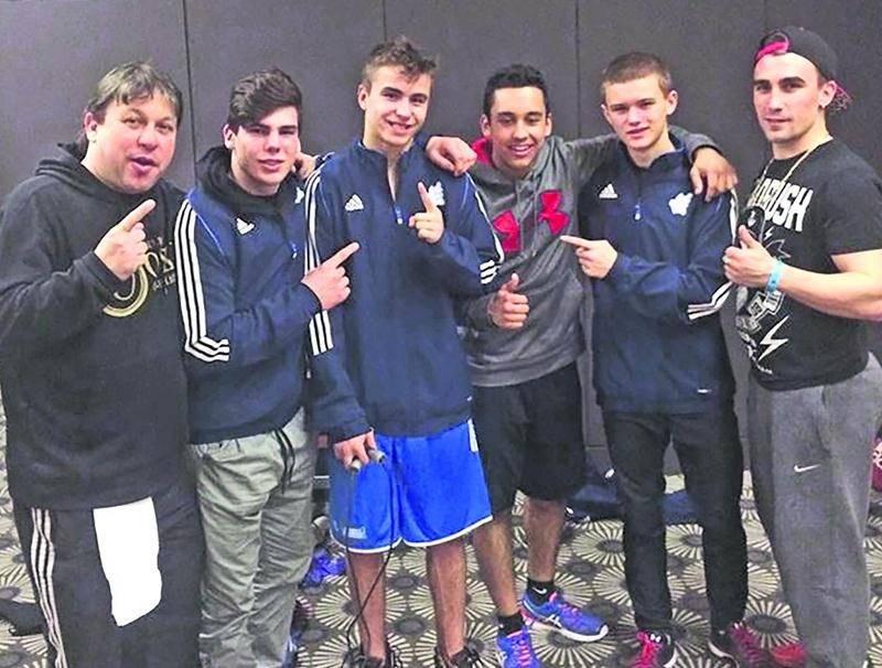 Les quatre boxeurs du Club de boxe de Saint-Hyacinthe, Raphaël Courchesne, Nathan Laliberté, Matteo Villate Cruz et Yannick Gaucher, entourés des entraîneurs Marc Seyer et Michael Gabdois. Photo Facebook