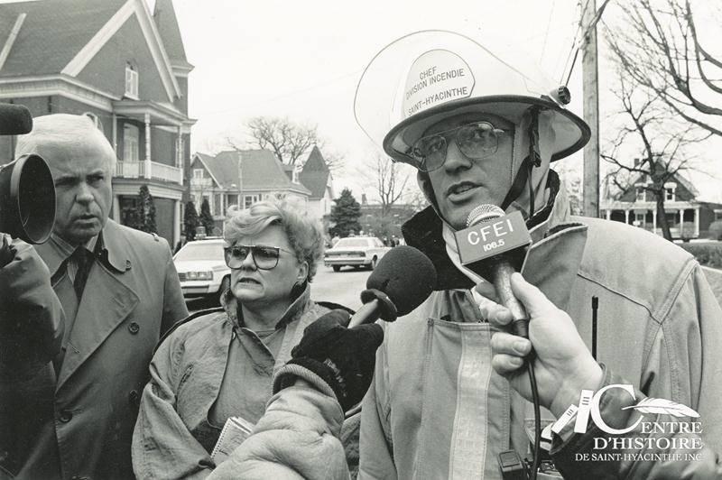 Après les flammes, Jacques Desrosiers a dû affronter les journalistes, qui étaient nombreux à Saint-Hyacinthe en ce 7 avril 1992, puisque plusieurs médias nationaux avaient dépêché des représentants sur place. Photo Patrick Deslandes | Le Courrier ©