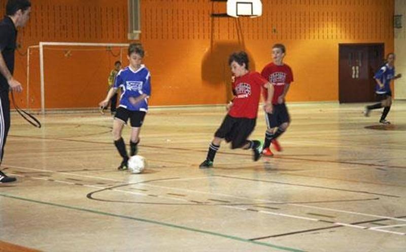 Le tournoi de soccer intérieur organisé par l'étudiante de 5 e secondaire Alyssia Lapalme a permis de remettre 778$ à la Société canadienne de la sclérose en plaques. Au total, une soixantaine de jeunes du niveau primaire se sont affrontés amicalement dans les gymnases de l'école secondaire Saint-Joseph (ESSJ) le 9 février. L'activité sportive a été réalisée dans le cadre du programme d'éducation internationale auquel est inscrite Alyssia à l'ESSJ. L'élève âgée de 16 ans tient à remercier les g