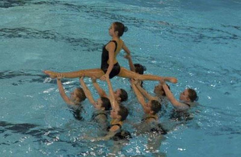 Neuf nageuses des Vestales lors de leur routine en combo intermédiaire.