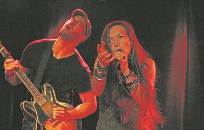 Whisky Legs et sa chanteuse Maude Brochu sont réputés pour leur fougue en spectacle.  Photo Olivier Dénommée