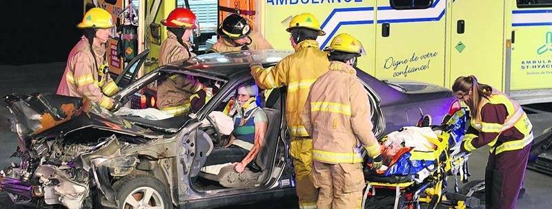 Les pompiers tentent d'extirper la conductrice de son véhicule à l'aide des pinces de désincarcération. Photo François Larivière | Le Courrier ©