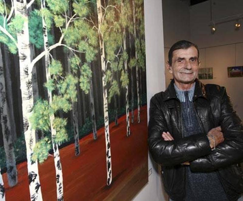 André Duchesne, à côté de la toile <em>Les bouleaux enchantés</em>.