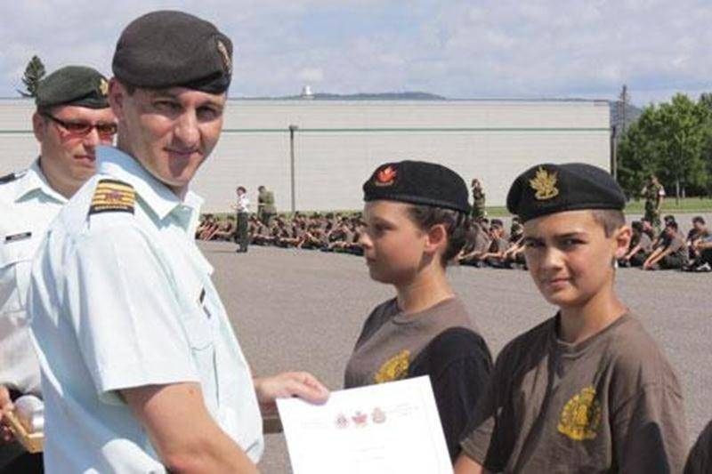 Le cadet Antoine Brien Corriveau, du Corps de cadets 01 6Bn R22ER, a été nommé meilleur cadet de son peloton, lors de la parade de graduation du cours d'instruction générale au camp des cadets de Valcartier, à Québec, le 27 juillet. Le jeune homme a été jugé sur son dynamisme, sa motivation, ses résultats, son comportement, sa tenue exemplaire et son efficacité en général. De plus, son attitude et son respect envers les autres ont été remarqués par ses officiers et cadets-cadres. Antoine s'est a