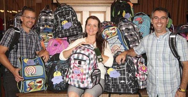 Guy Gosselin (pasteur fondateur), Josianne Charbonneau (coordonatrice) et David Chassé (pasteur-adjoint) ont pu remettre plus de quarante sacs à dos à des enfants du primaire de Saint-Hyacinthe dans le cadre du <em>Retour à l'école VIP</em>.