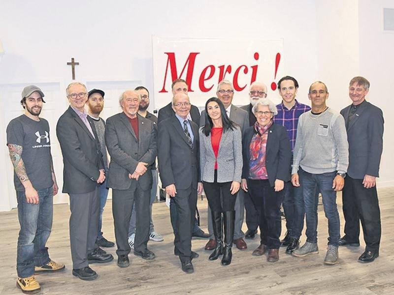 Plusieurs généreux partenaires et artisans associés à la construction du nouveau pavillon du Camp Richelieu ont tenu à participer à son inauguration. Photo Robert Gosselin | Le Courrier ©