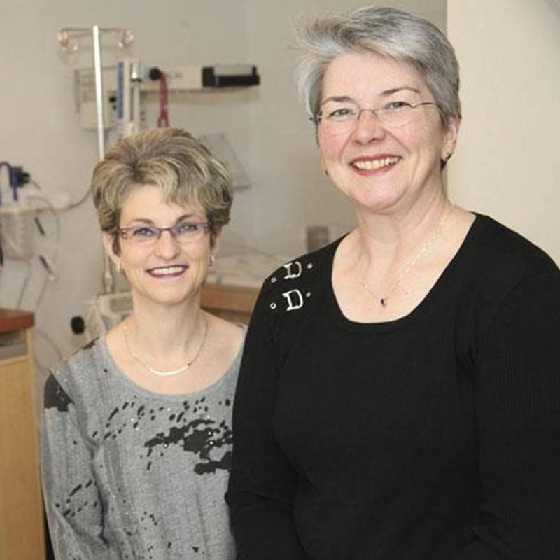 Jocelyne Larivière et Lise Parenteau ont vu passer plusieurs modes depuis leur admission à l'Hôpital Honoré-Mercier en 1976.