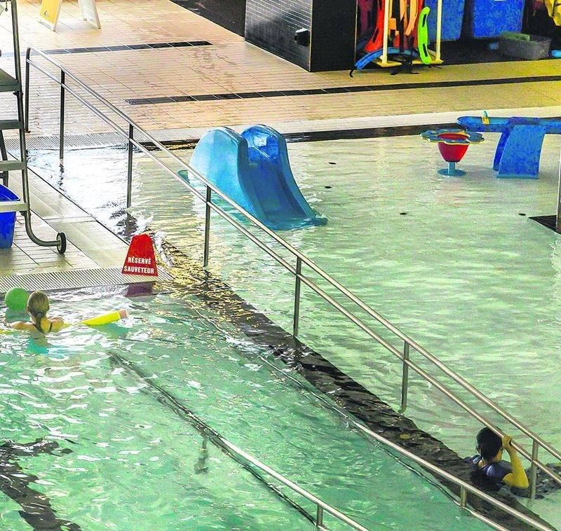 Une rampe métallique en partie immergée dans l'un des bassins du Centre aquatique Desjardins qui est destinée aux personnes à mobilité réduite pourrait compromettre la sécurité des baigneurs, selon la Régie du Bâtiment du Québec. Photo François Larivière | Le Courrier ©