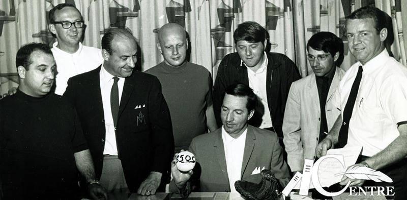 Grand amateur de sports, Clément Rhéaume pose en compagnie de bénévoles du Tournoi de balle lente de La Providence.