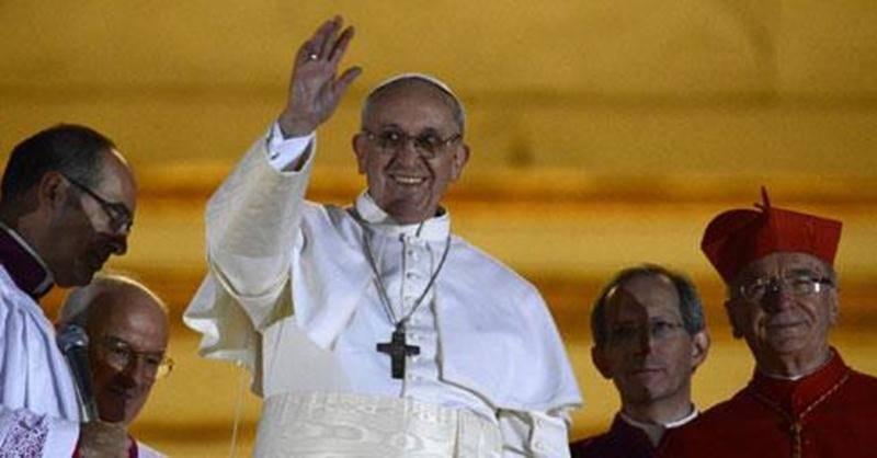 Le nouveau pape François 1<sup>er</sup> salue la foule du balcon de la Basilique Saint-Pierre à Rome.