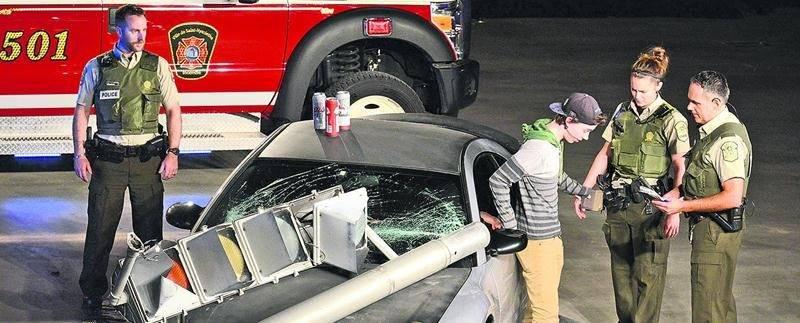 Alors que les ambulanciers s'occupaient des blessés, les policiers ont procédé à l'arrestation d'un jeune homme pour conduite avec des capacités affaiblies causant la mort et des lésions. Photo François Larivière | Le Courrier ©