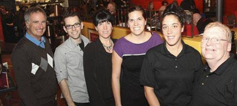 Sur la photo on aperçoit, de gauche à droite : Yves Savary, directeur de l'école Raymond;Sylvain Ayotte, propriétaire de La Piazzetta; Chantal Roy, Mélanie Hébert, Sandy Roy et Richard Phaneuf, tous du comité organisateur.