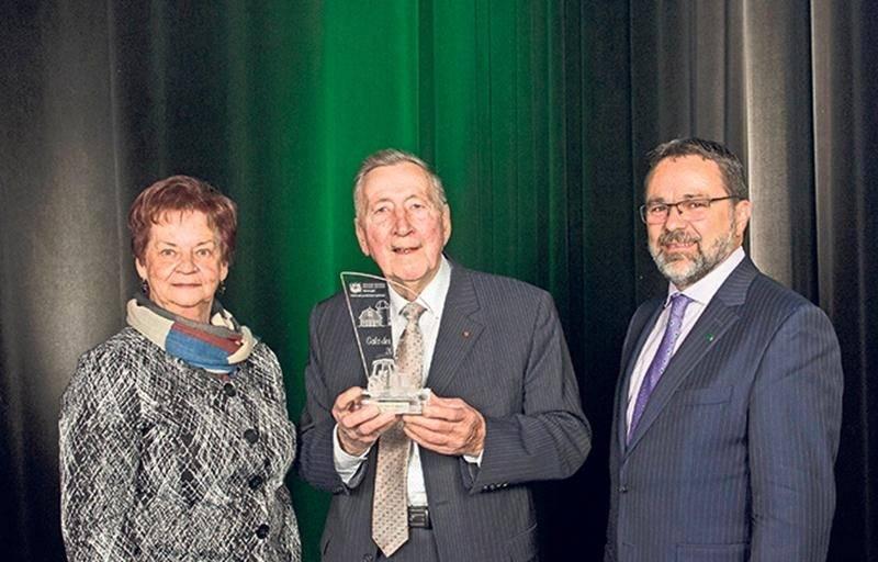 Hermel Giard, au milieu de la photo, a reçu en 2017 des mains de Christian St-Jacques, président de la Fédération de l'UPA de la Montérégie, le prix Coup de Chapeau lors de la 5e édition du gala des Agristars. M. Giard était accompagné de son épouse, Huguette Perrault.