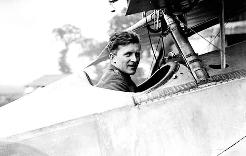 Le commandant «Billy » Bishop aux commandes de son appareil, un Nieuport 17 Scout, le 6 août 1917.  Photo : Achives publiques du Canada, PA-001654