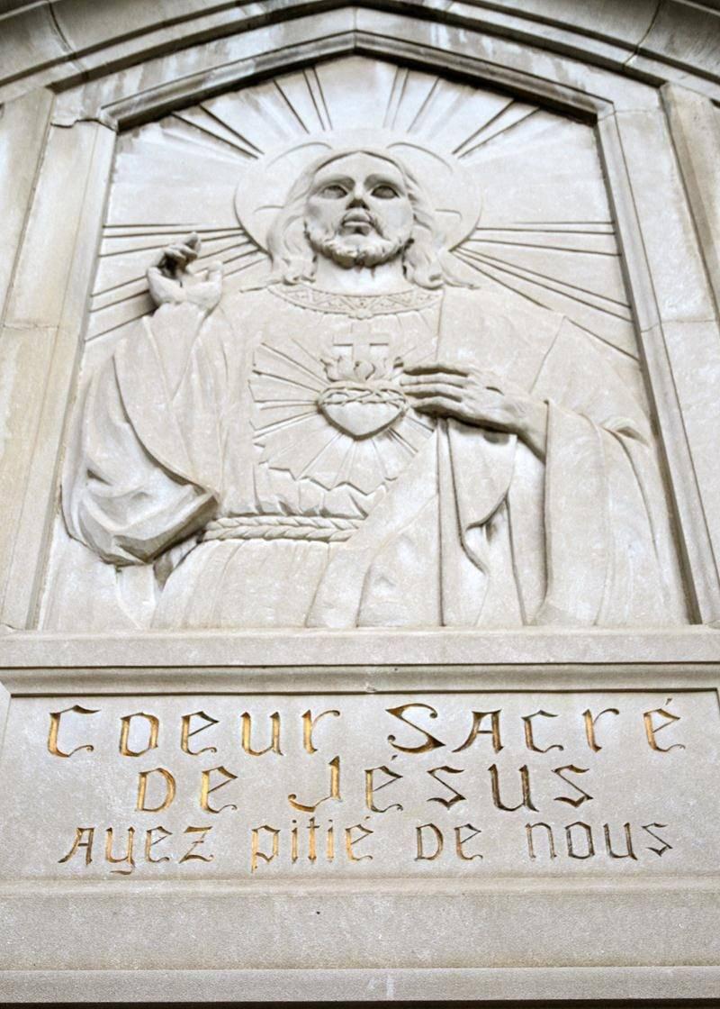 Le bas relief au-dessus du portail de l'église Sacré-Coeur-de-Jésus. L'œuvre devrait être conservée advenant la démolition, avait suggéré en août une paroissienne.  Photo François Larivière | Le Courrier ©
