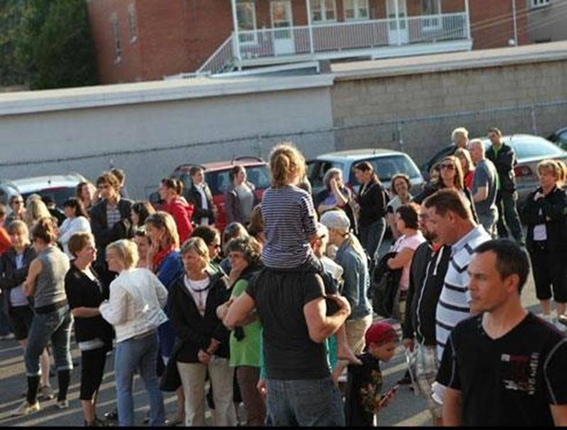 Les enseignants ont manifesté, le 18 juin, devant les bureaux de la commission scolaire.