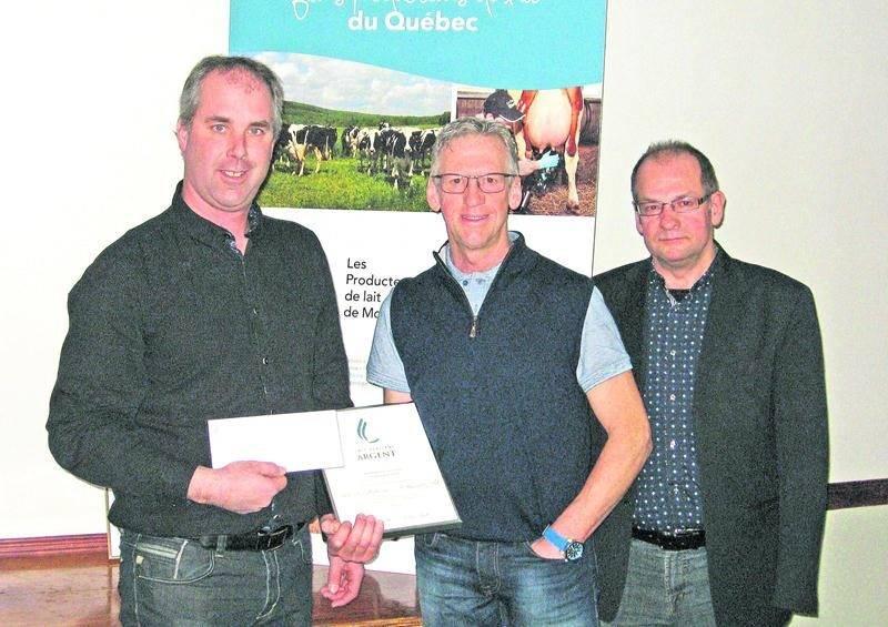 On aperçoit au centre le récipiendaire de la deuxième position, Martin Girard. Il est entouré de Charles Gravelin, 2e vice-président des Producteurs de lait de Montérégie-Est et représentant pour le secteur Maskoutains Nord-Est, ainsi que d'Yvon Boucher, président des Producteurs de lait de Montérégie-Est.
