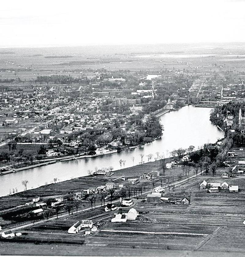 Vue aérienne de la rivière Yamaska direction est, vers 1950. Centre d'histoire de Saint-Hyacinthe, ASE 17 dos 3-2.