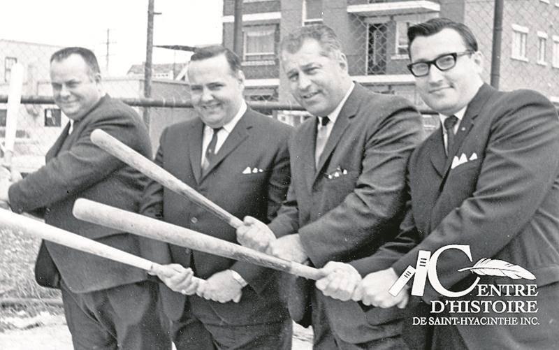 Ouverture de la Ligue de balle-molle « Dow » en juin 1965. Bernard Lamontagne, 2e à partir de la gauche, est vice-président de la ligue.  Collection Centre d'histoire, CH478.