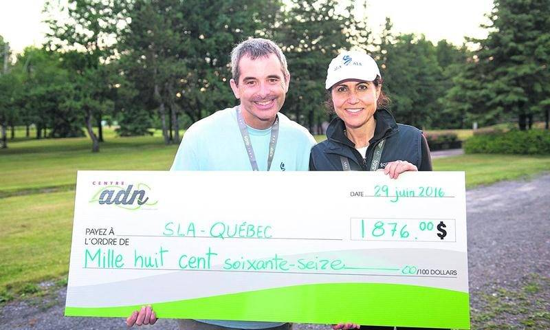 Sur la photo on reconnaît Bertrand Godin qui remet le chèque de 1 876 $ à Claudine Cook, directrice générale de la SLA du Québec, dans le cadre du Défi ADN qui a eu lieu le 29 juin.  Photo Andrée-Anne Rivest