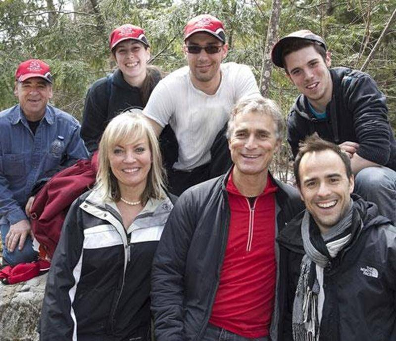 Sur la photo on aperçoit, à l'avant, Pierre Boulos, propriétaire du Canadian Tire de Saint-Hyacinthe, et Sébastien Benoit, porte-parole de la Fondation Bon départ en compagnie de membres de sa famille et de son entourage.